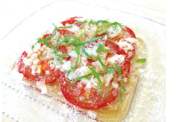 わさび醤油ドレッシングで食べるトマトのカルパッチョ風サラダ