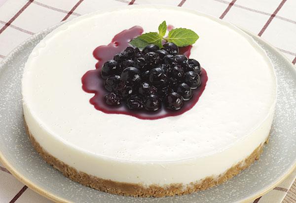 ブルーベリーソース仕立てのチーズケーキ